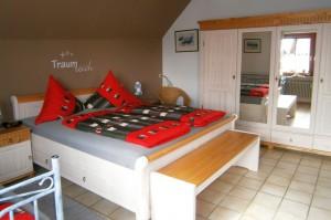 ...Doppelbett, geräumigem Schrank,... | Ferienwohnung Abendsonne beim Europa-Park Rust