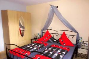 Schlafzimmer mit Doppelbett | Ferienwohnung Abendsonne beim Europa-Park Rust