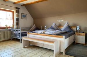 Schlafzimmer mit Doppel- und Einzelbett,... | Ferienwohnung Abendsonne beim Europa-Park Rust